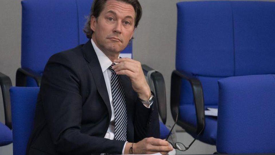Andreas Scheuer (CSU), Bundesverkehrsminister, fordert die Autoindustrie zu mehr Tempo bei der E-Mobilität auf. Foto: Jörg Carstensen/dpa