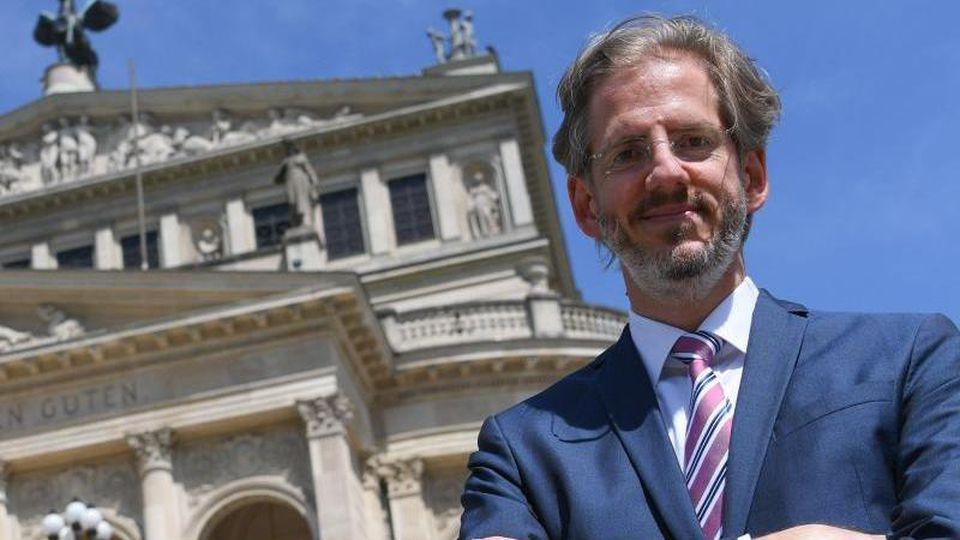 Stephan Pauly, Intendant und Geschäftsführer der Alten Oper, steht vor dem Opernhaus. Foto: Arne Dedert/dpa/Archivbild