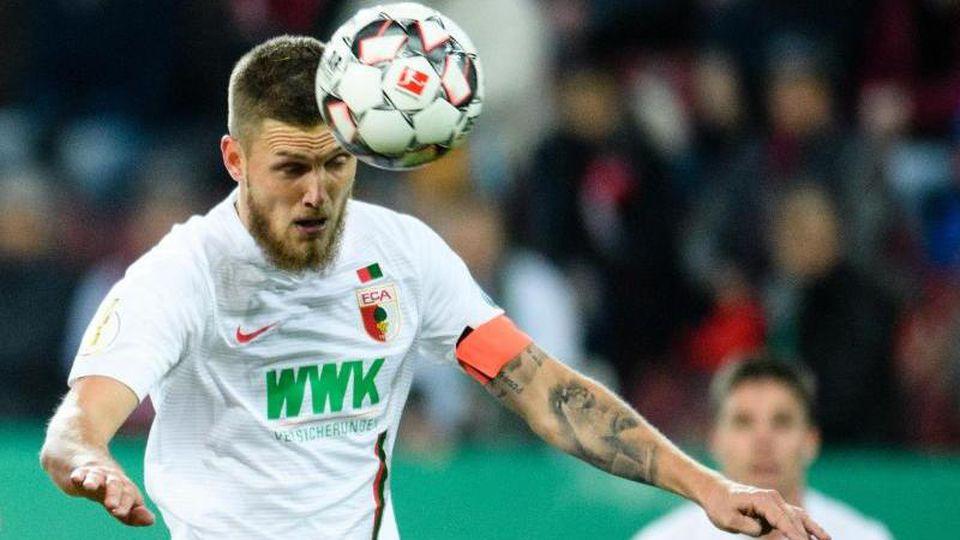 Jeffrey Gouweleeuw vom FC Augsburg spielt den Ball mit dem Kopf. Foto: Matthias Balk/Archiv