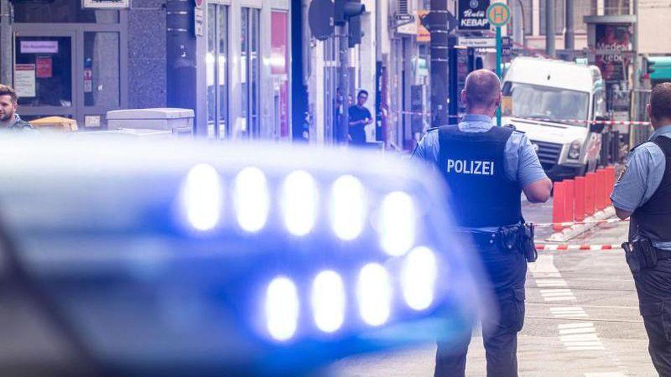 Ein Fahrzeug mit Blaulicht. Foto: Frank Rumpenhorst/dpa