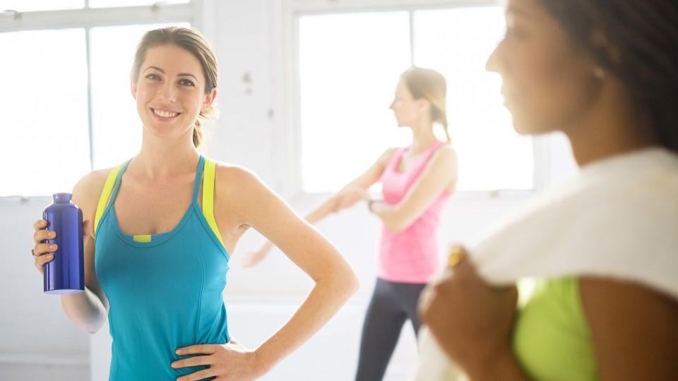 Aerobic-Übungen zur Gewichtsreduktion im Fitnessstudio