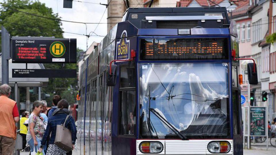 Es ist eine Erfurter Straßenbahn zu sehen, die an einer Haltestellte hält. Foto: Martin Schutt/dpa