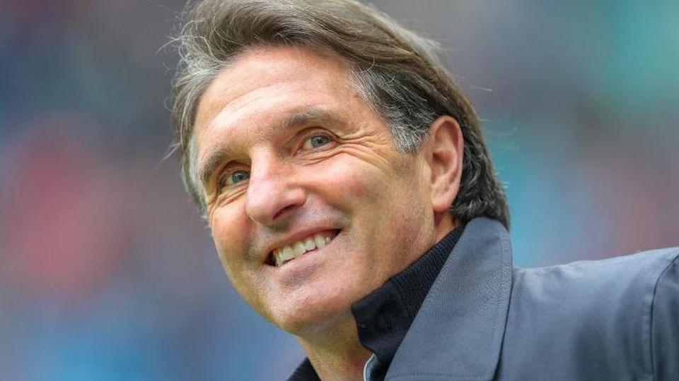 Bruno Labbadia steht in einem Stadion an der Seitenlinie. Foto: Jan Woitas/ZB/dpa/Archivbild