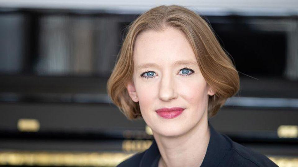 Joana Mallwitz, Dirigentin und Generalmusikdirektorin am Staatstheater Nürnberg, in ihrem Büro. Foto: Daniel Karmann/dpa