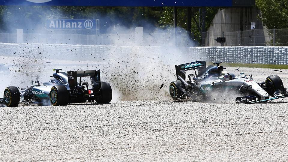 Formel 1, GP von Spanien, Unfall der beiden Mercedes in der ersten Runde  Circuit de Catalunya, Barcelona, Spain. Sunday 15 May 2016.Nico Rosberg, Mercedes F1 W07 Hybrid and Lewis Hamilton, Mercedes F1 W07 Hybrid make contact. World _L0U9895 PUBLICAT