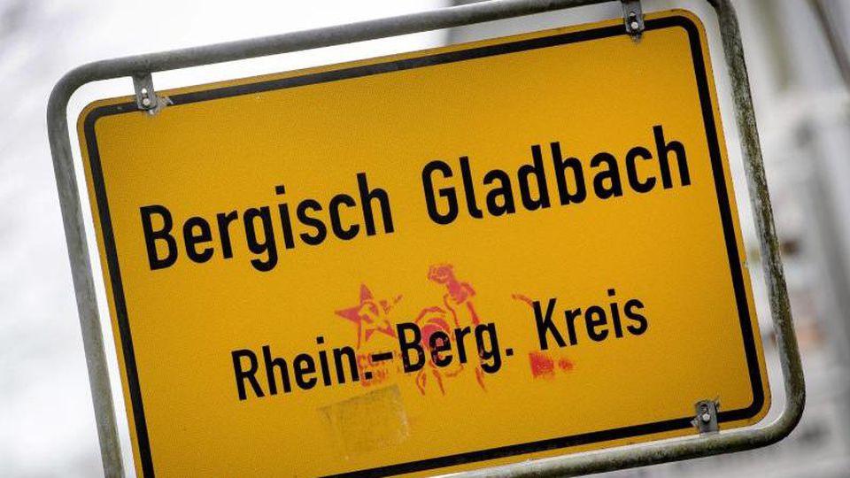 Das Ortsschild von Bergisch Gladbach steht am Ortseingang. Foto: Federico Gambarini/dpa/Archivbild