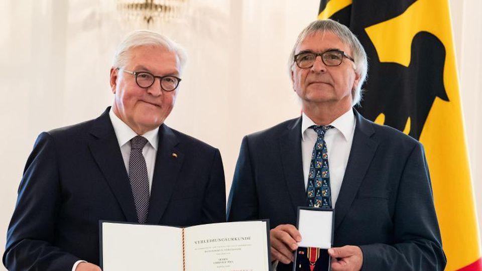 Frank-Walter Steinmeier überreicht Christof Pies aus Kastellaun den Verdienstorden der BRD. Foto:Bernd von Jutrczenka