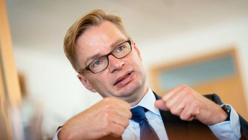 Reiner Holznagel spricht in einem Interview mit einer Journalistin der Deutschen Presse-Agentur. Foto: Kay Nietfeld/dpa