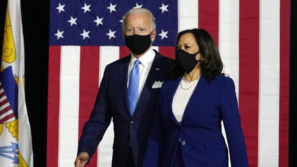 Joe Biden (l) und Kamala Harris kommen zu einer Pressekonferenz. Foto: Carolyn Kaster/AP/dpa