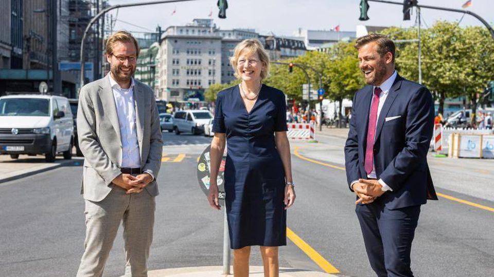Tjarks (Grüne), Stapelfeldt (SPD) und Droßmann informieren über den Stand der Planungen. Foto: Ulrich Perrey/dpa
