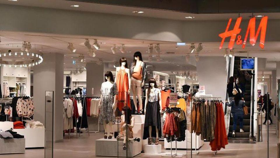 Eine H&M-Filiale in einem Einkaufszentrum. Foto: Jens Kalaene/dpa-Zentralbild/dpa