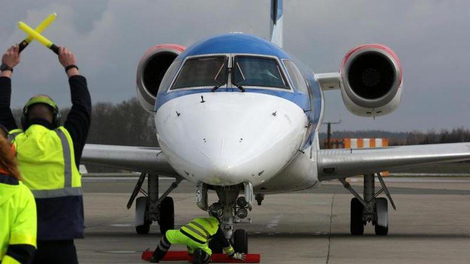 Betroffen sind auch deutsche Flughäfen: Flybmi flog Frankfurt, Hamburg, Düsseldorf, München, Nürnberg, Saarbrücken und Rostock-Laage an. Foto: Bernd Wüstneck