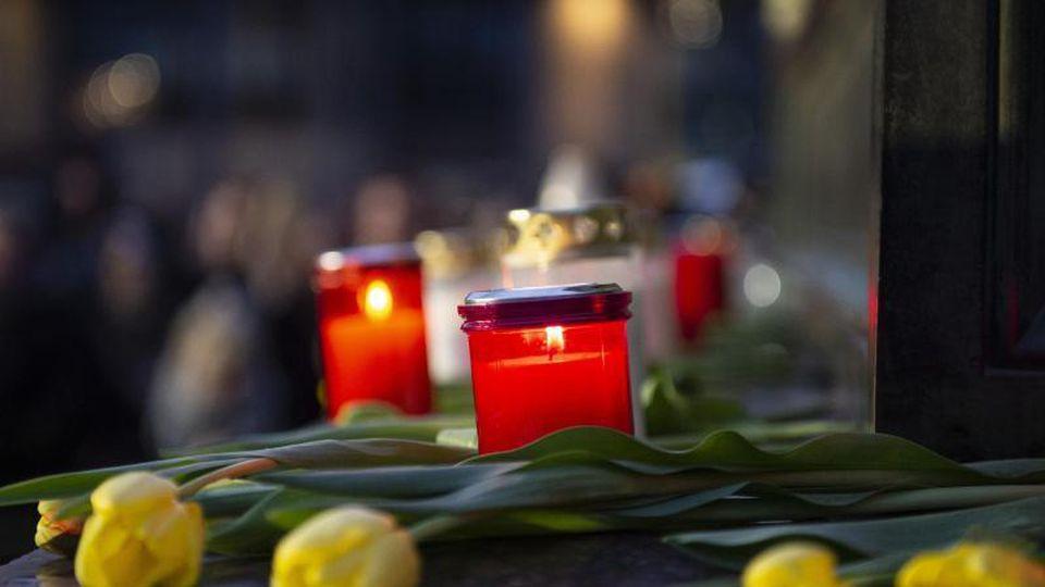 Blumen und Kerzen für die Opfer vonHanau. Foto: Dorothee Barth/dpa