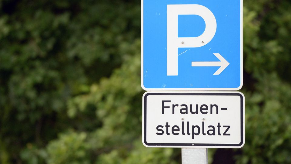 Die Klage vor dem Verwaltungsgericht München soll klären: Darf eine Stadt Parkplätze für Frauen ausweisen?