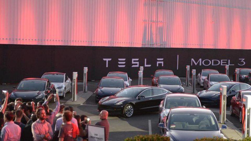 Erste Exemplare des günstigeren Tesla Model 3 auf dem Fabrikgelände in Fremont, Kalifornien. Foto: Andrej Sokolow/dpa
