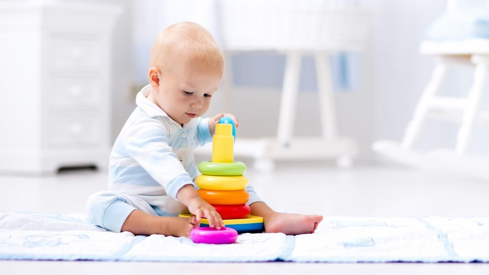 Babyspielzeug: Ab wann sollte das Kind Spielsachen bekommen und welche fördern am besten seine Entwicklung?