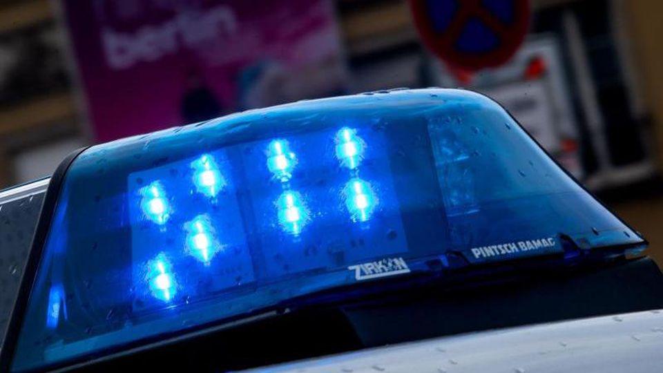 Ein Polizeiauto fährt mit Blaulicht über eine Straße. Foto: Monika Skolimowska/zb/dpa/Symbolbild
