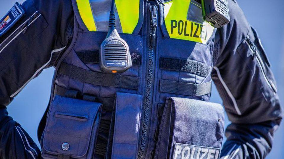 """""""Polizei"""" steht auf der Weste der Landespolizei MV. Foto: Jens Büttner/dpa-Zentralbild/dpa/Symbolbild"""