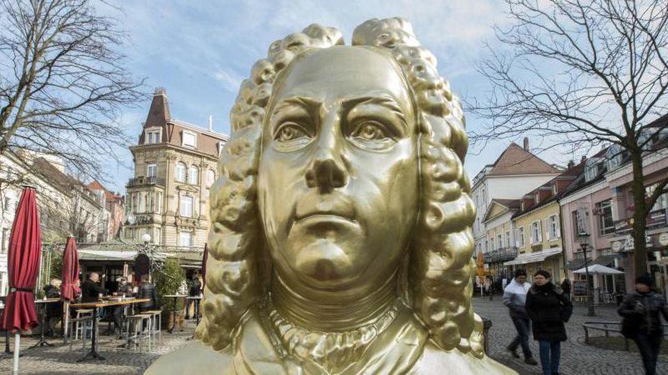 Eine goldfarbene Büste des Komponisten Georg Friedrich Händel. Foto: Uli Deck/dpa/Archiv