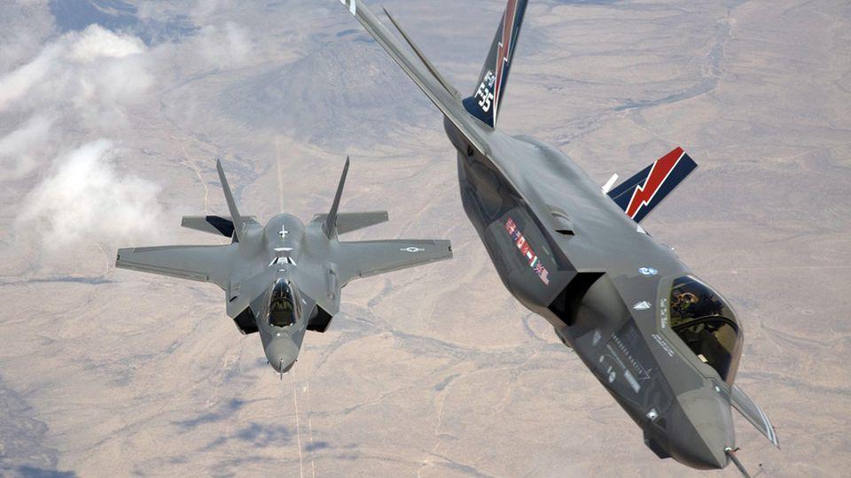 Zwei F-35 Kampfflugzeuge beim Anflug.