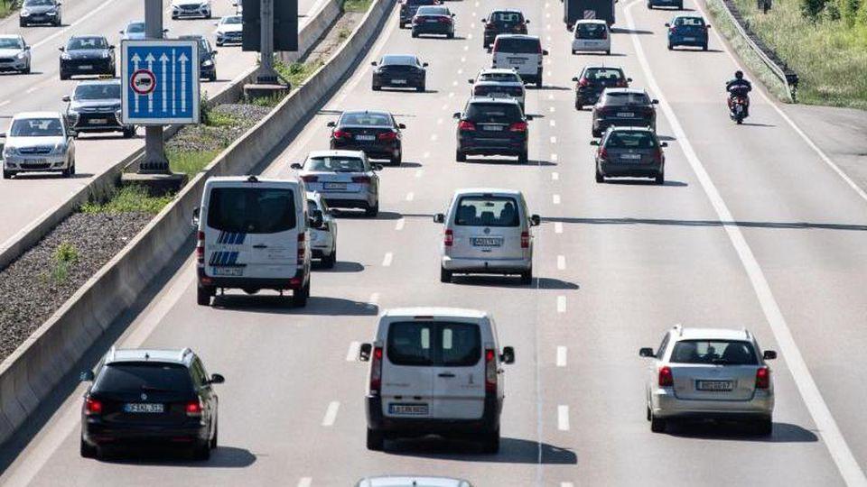 Autos fahren auf einer Autobahn. Foto: Fabian Sommer/dpa/Archivbild