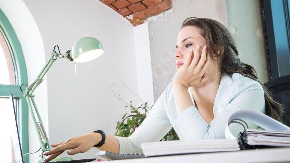 Routine im Job führt zu Langeweile und Frust. Ein paar Veränderungen können da helfen. Foto: Christin Klose/dpa-tmn