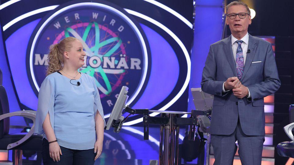 """""""Wer wird Millionär?""""-Überhangkandidatin Melina Hackenbroch und Moderator Günther Jauch"""