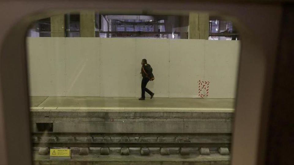 Ein Mann geht auf einem Bahnsteig am Bahnhof Gare Montparnasse in Paris. Die massiven Streiks gegen die geplante Rentenreform, die am Donnerstag begonnen und den öffentlichen Verkehr im Land fast komplett lahmgelegt, gehen weiter. Foto: Thibault Camus/AP/
