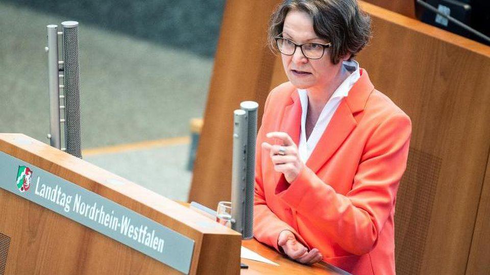 NRW-Gleichstellungsministerin Ina Scharrenbach (CDU) spricht im Landtag. Foto: Federico Gambarini/dpa/Archivbild