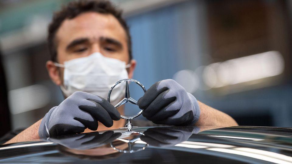 Ein Mitarbeiter der Daimler AG bei der Produktion der Mercedes S-Klasse.