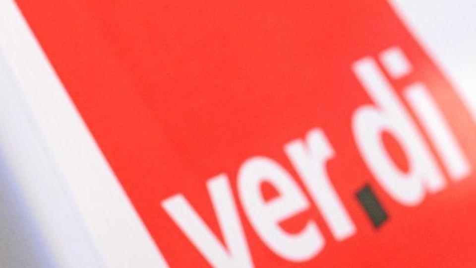 Ein Mann hat am bei einem Warnstreik vor dem roten Verdi-Logo eine Trillerpfeife im Mund. Foto: Patrick Seeger/dpa