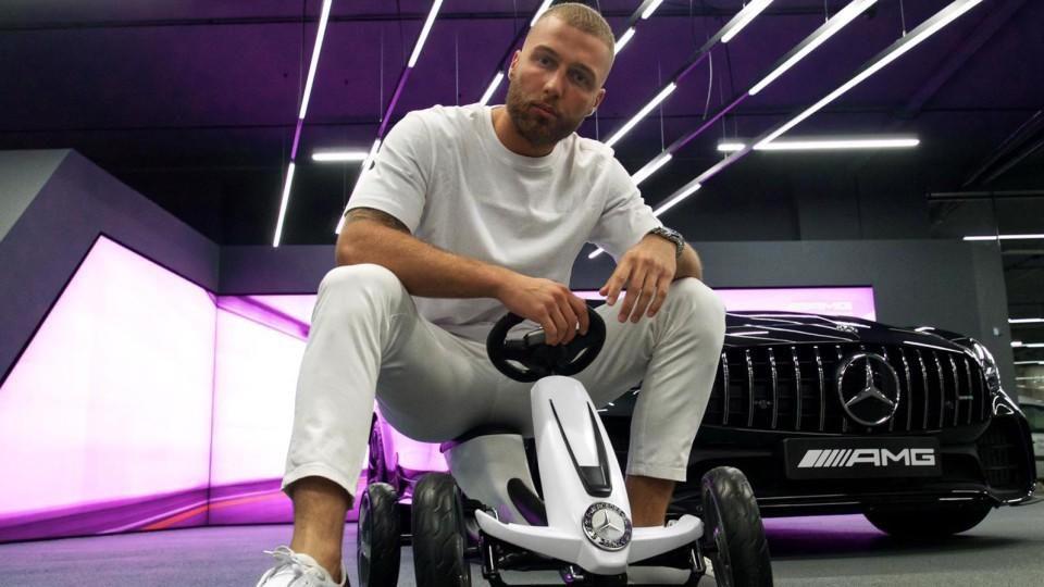 """Filip Pavlovic hat seinen ersten Song """"Benz AMG in Weiß"""" herausgebracht."""