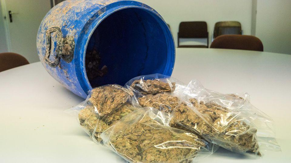 Kurioser Fund in Stuttgart: Ein Mann fand ein Fass voller Marihuana.