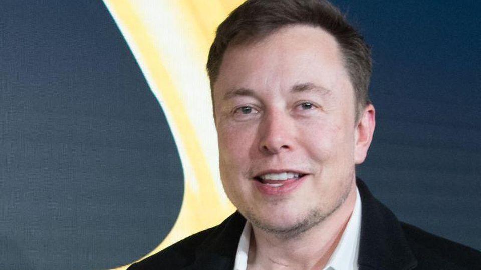 Tesla-Chef Elon Musk wird von seinen Anhängern mit Unternehmerlegenden mit Steve Jobs, Henry Ford und Thomas Edison verglichen. Foto: Jörg Carstensen/dpa