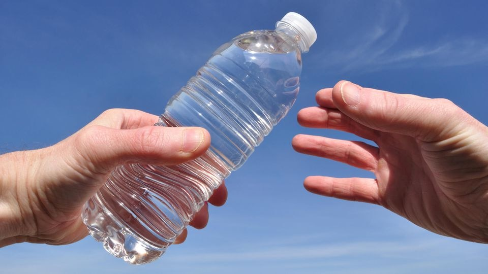 Holen Sie beim nächsten Einkauf doch einfach ein paar Flaschen Wasser extra mit und geben sie an Obdachlose!