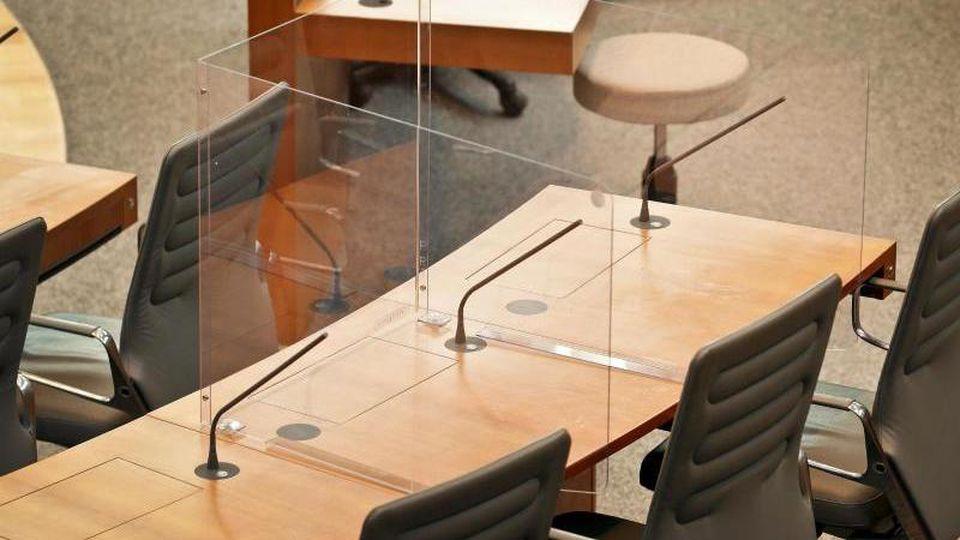 Der Prototyp einer Acrylglas-Kabine steht im Plenarsaal des Landtages auf dem Tisch der Abgeordneten. Foto: David Young/dpa