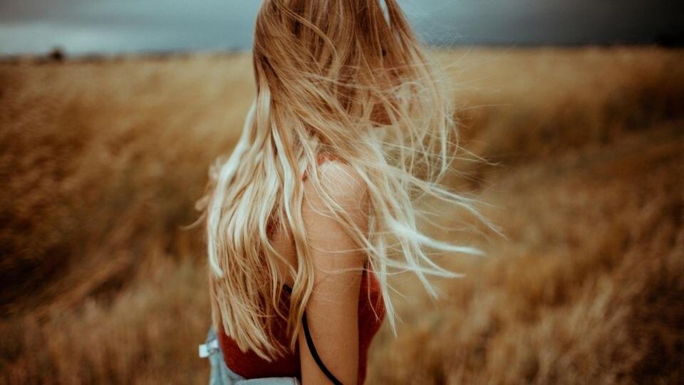 Frau mit langen Haaren.