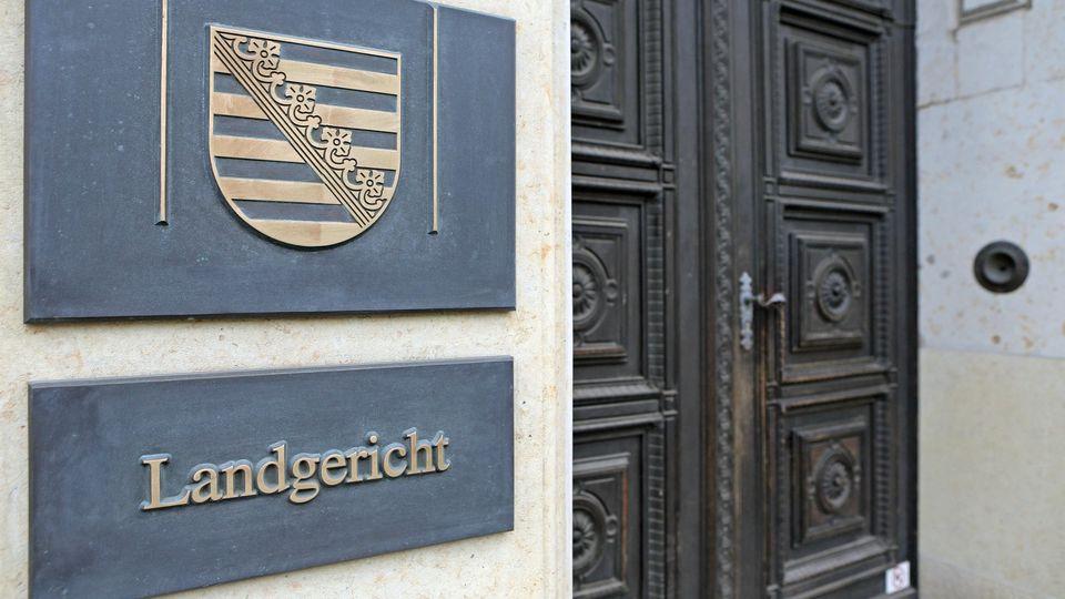 ARCHIV - 07.02.2014, Sachsen, Leipzig: Das Schild am Eingang zum Landgericht Leipzig. (zu dpa «Fortsetzung Prozess wegen Versuchs der schweren Brandstiftung») Foto: Jan Woitas/zb/dpa +++ dpa-Bildfunk +++