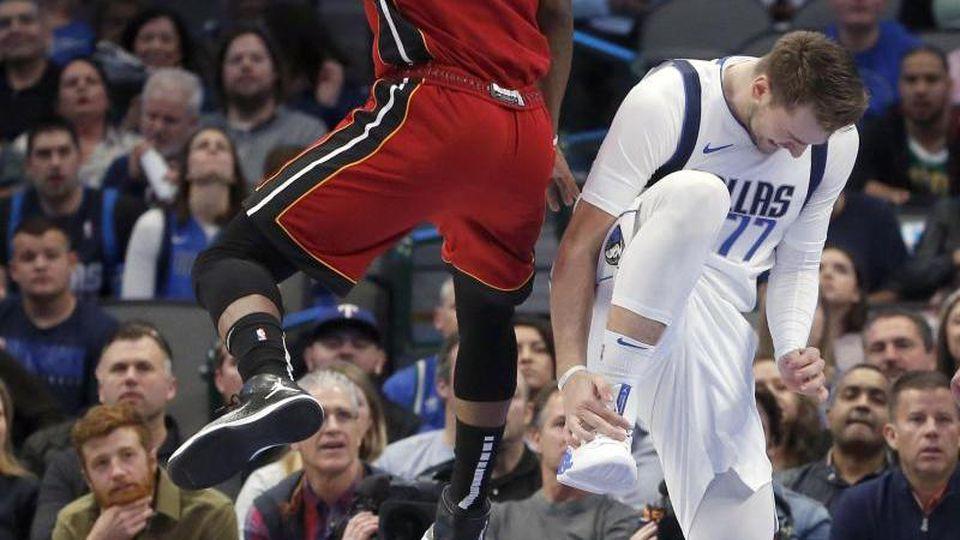 Mavericks-Starspieler Luka Doncic (r) verletzte sich am Sprunggelenk. Foto: Michael Ainsworth/FR171389 AP/dpa