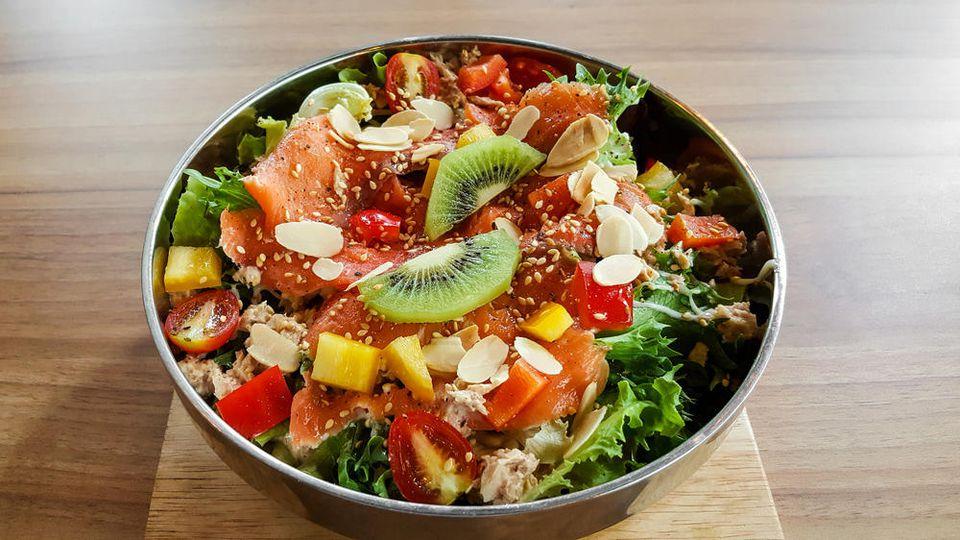 Zur Mittelmeer-Diät gehören reichlich frisches Obst, Nüsse, frisches Gemüse, Hülsenfrüchte, viele Gewürze, Olivenöl, ausreichend Vollkorngetreide.