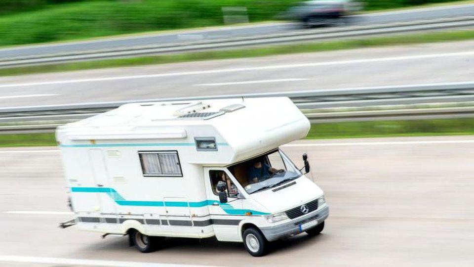 Rollin', rollin', rollin': Die Reise im Campingmobil plant man wegen möglicher nächtlicher Ausgangsbeschränkungen derzeit besser ohne Stop unterwegs. Foto: Hauke-Christian Dittrich/dpa/dpa-tmn