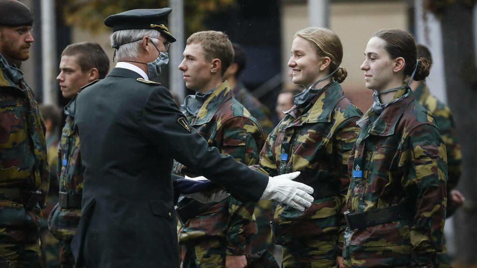 König Philippe von Belgien überreicht Tochter Elisabeth das blaue Barett.