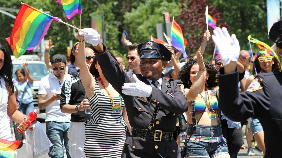 """Polizisten als Teilnehmer der """"Pride"""" in New York sind bis mindestens 2025 unerwünscht."""