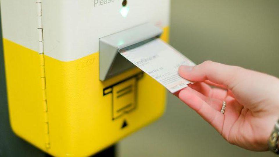 """(zu dpa """"BVG und Co. wollen Mehrwertsteuersenkung an Kunden weitergeben""""). Foto: Hauke-Christian Dittrich/dpa"""