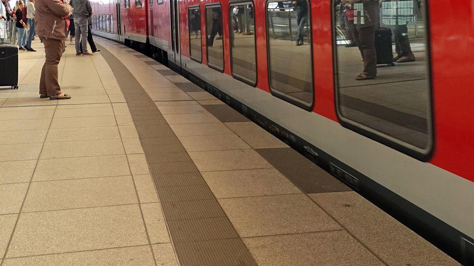 06.09.2019, Berlin, GER - Reisende auf einem Bahnsteig im Bahnhof Friedrichstrasse. (Alltag, Bahn, Bahnhof, Bahnreise, B