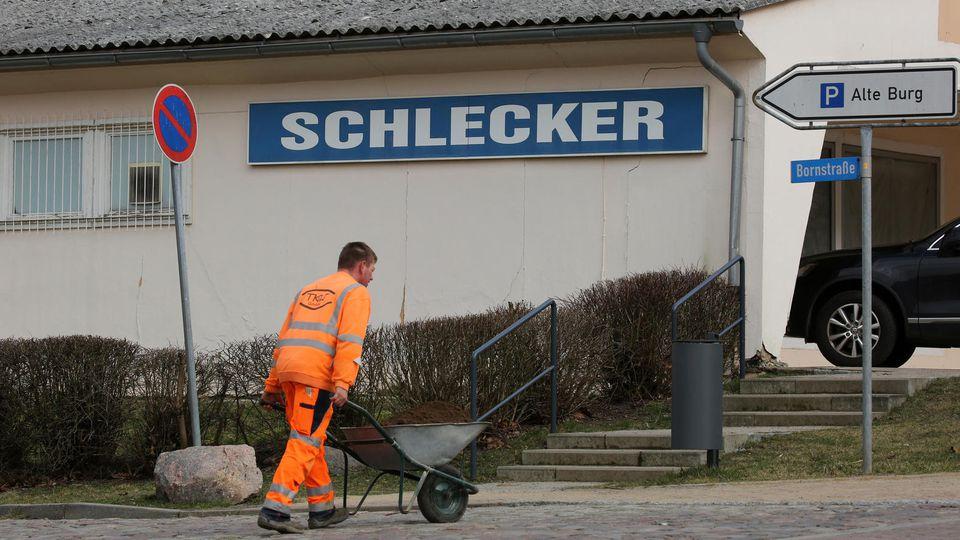 """ARCHIV - Ein Schild mit der Aufschrift """"Schlecker"""" hängt am 06.03.2017 in Penzlin (Mecklenburg-Vorpommern) an einer früheren Verkaufsstelle von Europas ehemals größter Drogeriekette, die im Januar 2012 Insolvenz angemeldet hat. (zu dpa-Berichterstatt"""