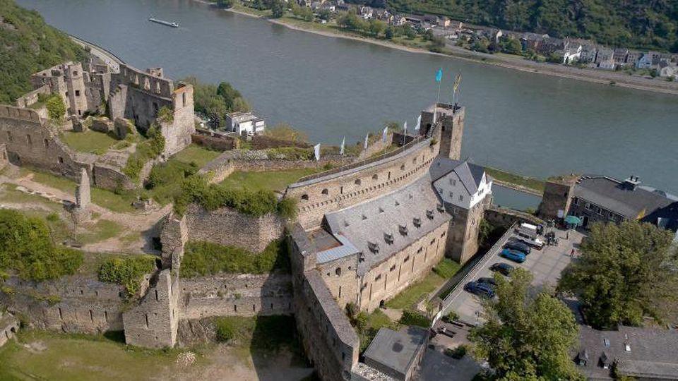 Die Luftaufnahme mit einer Drohne zeigt Burg Rheinfels. Foto: Thomas Frey/Archivbild