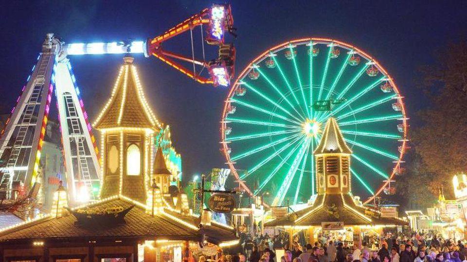 Ein Riesenrad steht auf dem Martinimarkt. Foto: Bernd Settnik/dpa/Archivbild