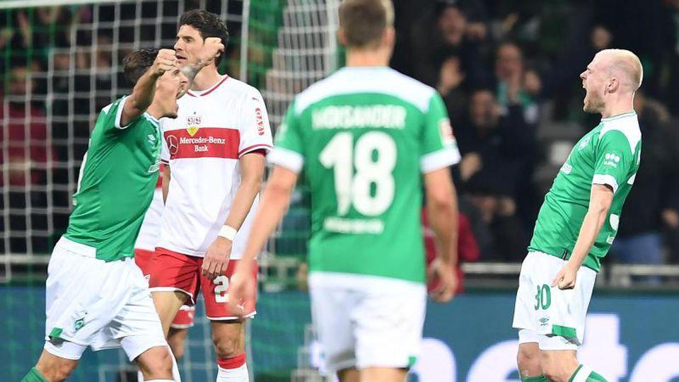 Werder-Spieler Davy Klaassen jubelt mit Max Kruse (l) über sein Tor zum 1:1 im Spiel gegen den VfB Stuttgart. Foto:Carmen Jaspersen