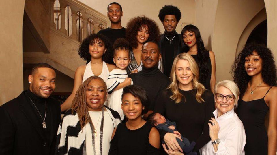 Eddie Murphy posiert mit seinen zehn Kindern